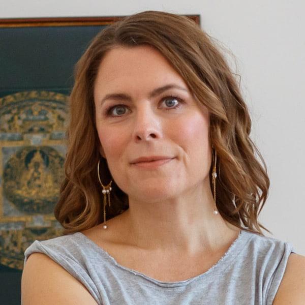Teresa Thaning portræt siddende medium
